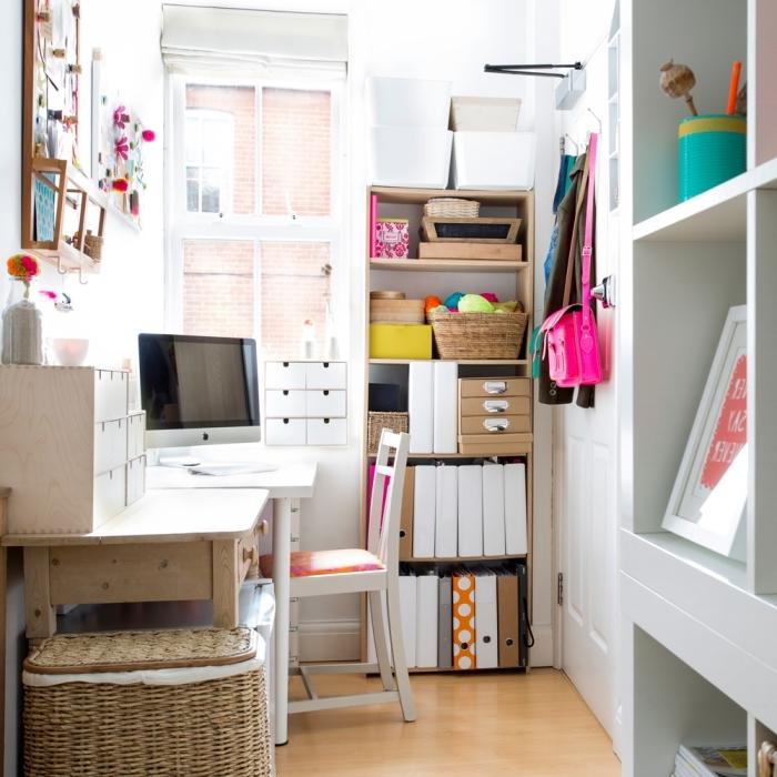 comment aménager son home office, installation bureau blanc laqué dans une petite chambre blanche près de la fenêtre