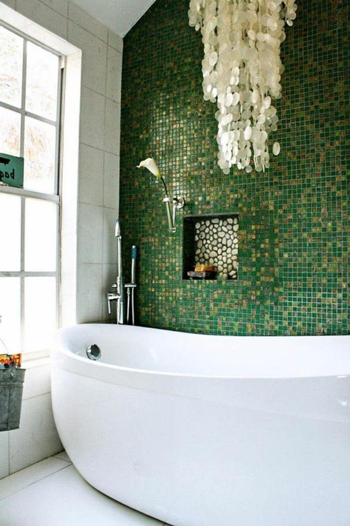 Carrelage petites pierres vert et doré salle de bain vert d'eau, couleur peinture salle de bain vert lustre volumineuse