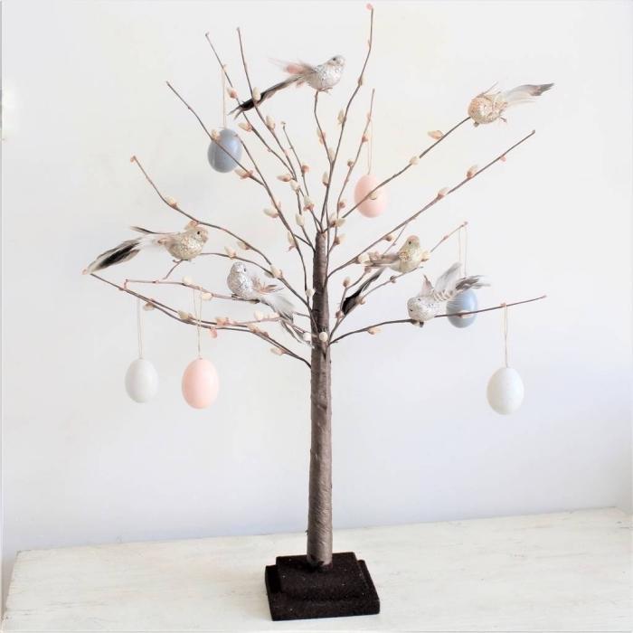 exemple de décoration de paques à fabriquer stylée, comment décorer un arbre avec figurines et oeufs de Pâques