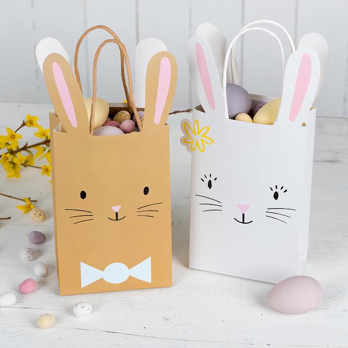 Préparer des sacs en papier pleines de chocolat oeufs de paques et décorés comme lapins, bricolage de paques pour adultes, cadeau de paques chouette idée