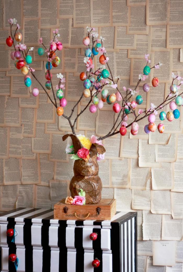 modèle de vase en forme de lapin bois rempli avec branches séchées, idée de decoration paques facile avec oeufs et branches