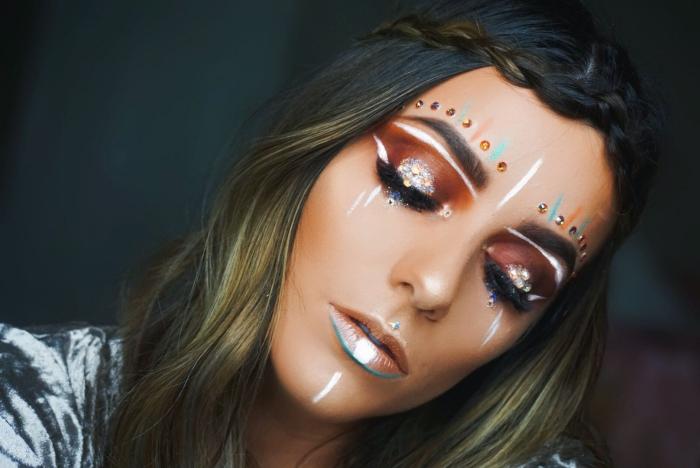 déguisement hippie femme avec maquillage facile à faire soi-même, make-up visage de fête avec eye-liner blanc et ombres à paupières