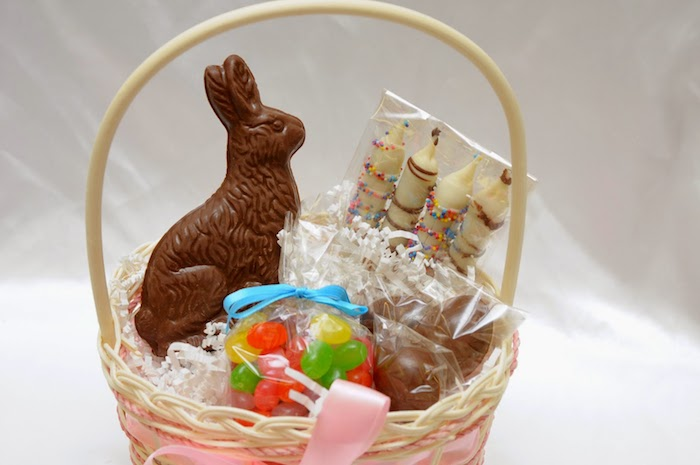 Panier avec lapin au chocolat, dragées et choses sucrées, décoration de paques à fabriquer, le meilleur cadeau de pâques