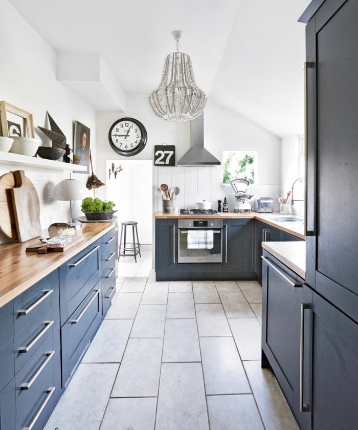 Lustre cristal meubles bleus et murs blanches, idee cuisine mur bleu, rétro style déco intérieur inspiration