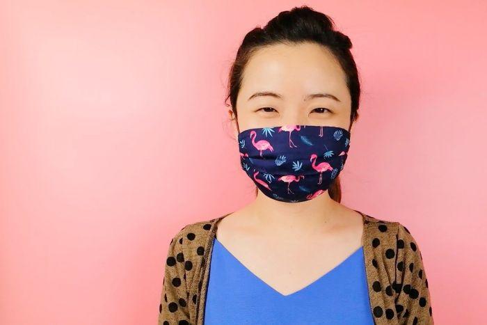commen faire un masque coronavirus soi meme avec étoffe tissu imprimé à motif flamant rose