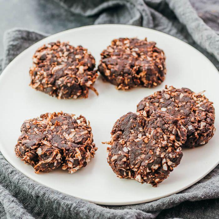 recette de cookies sans cuisson aux flocons de noix de coco, cacao, beurre de cacahuete, substitut de sucre, petit dejeuner cetogene sans cuisson