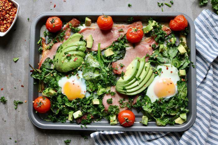 casserole épinards, oeufs, avocat en tranches, tomates cerise et bacon, régime cetogène quoi manger