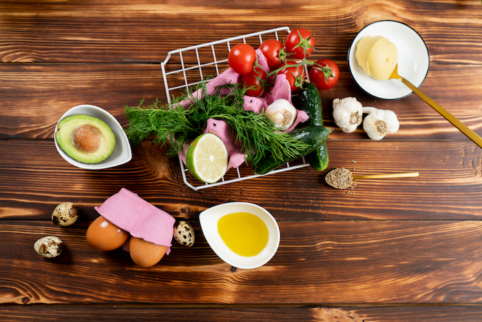 ingrédients nécessaires pour faire une entree de paques originale, recette oeufs mimosa en mayonnaise, jaunes d oeufs, avocat