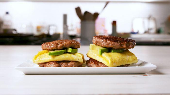 sandwich viande hachée avec omelette et des tranches d avocat, petit déjeuner sans sucre