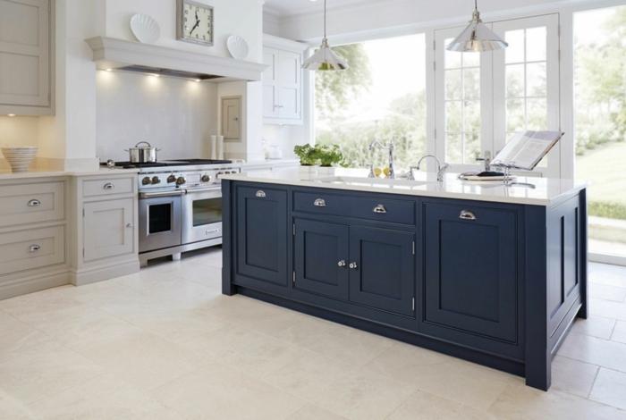 Grand espace porte fenetre des le sol, cool idée peinture bleu nuit, inspiration cuisine moderne choisir les couleurs
