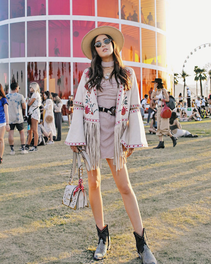 Veste manche longue évasée. déguisement hippie femme, comment s'habiller pour un concert