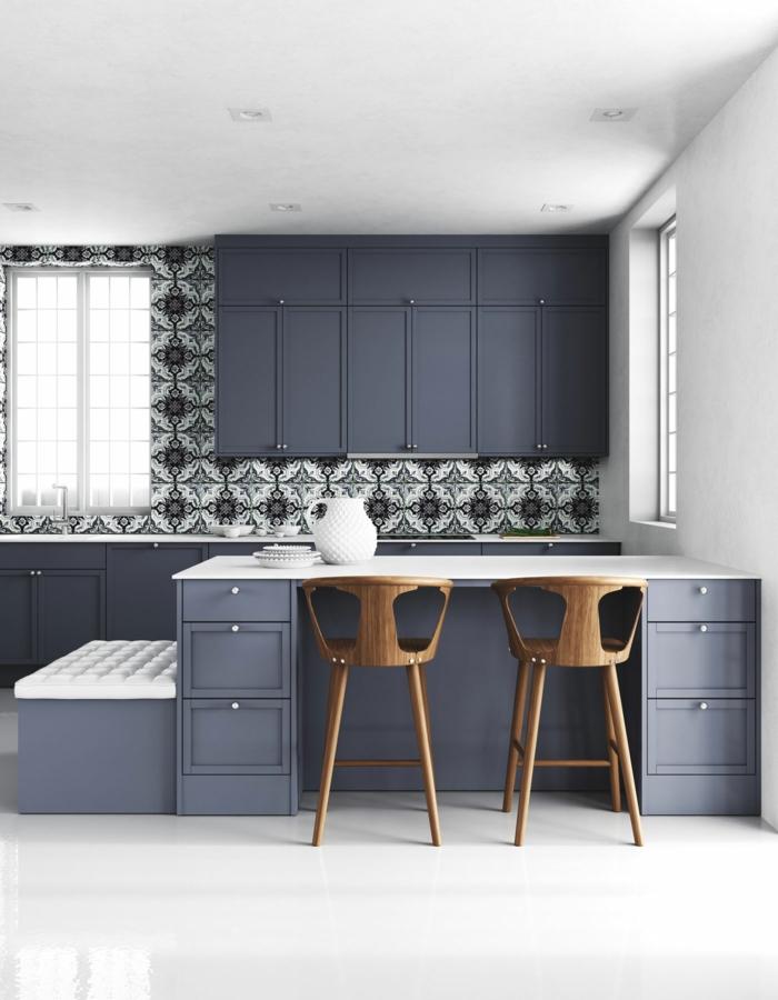 Peinture bleu gris, inspiration cuisine moderne blanc et bleu marin, chaises en bois, carrelage original