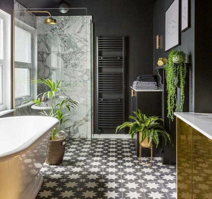 Baignoire ovale salle de bain zen, douche doré mur marbre, comment créer de l'ambiance dans la salle de bains vert de gris avec plantes vertes