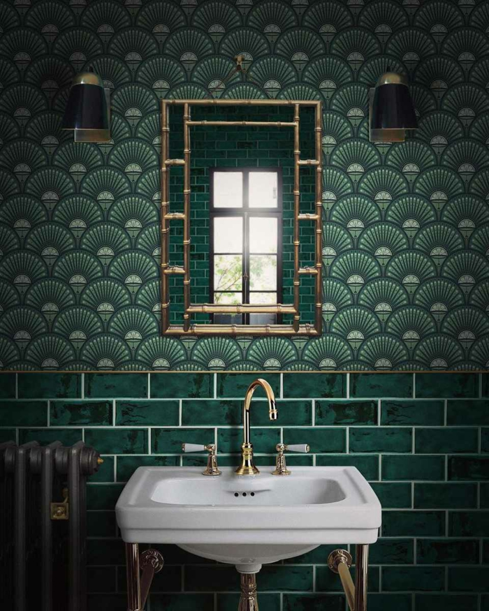 Comment aménager le mur vert industriel style salle de bain miroir doré, aménagement petite salle de bain, image salle de bains vert
