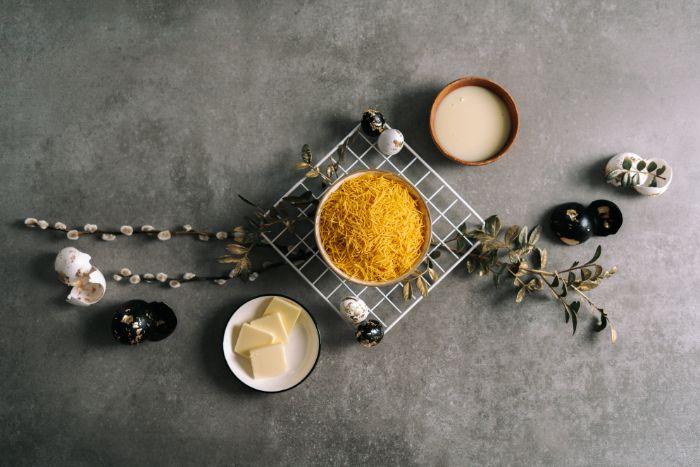 ingredients necessaires pour faire une recette nid de paques original en vermicelles, beurre lait concentré dans moule à muffins