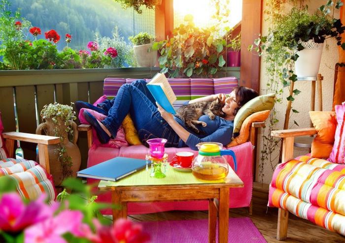 Belles couleurs et vue de la terrasse, femme avec son chat lisant un livre, aménager un petit jardin, idees terrasses exterieures joli déco