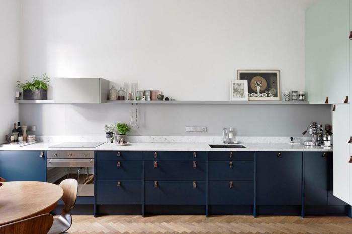 Long cuisine bleu et blanc, table a manger en bois ronde, nuance de bleu, quelles couleurs se marient bien avec le bleu minuit