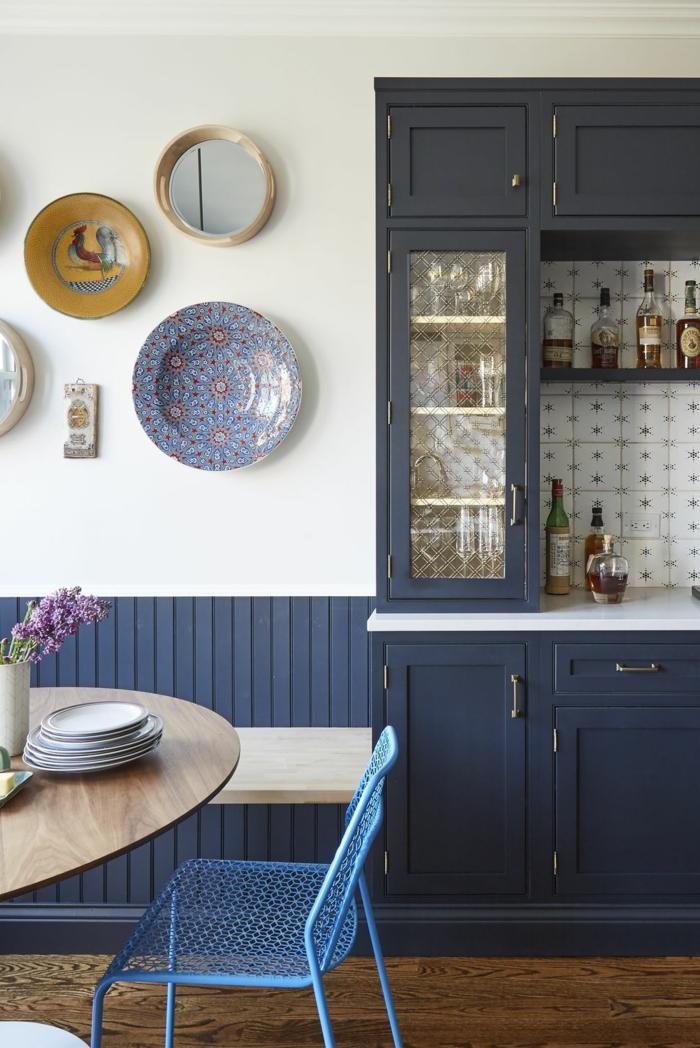 Cabinet de cuisine bleu sombre, idée comment ranger tout dans la cuisine peinture bleu gris, inspiration cuisine moderne blanc et bleu marin