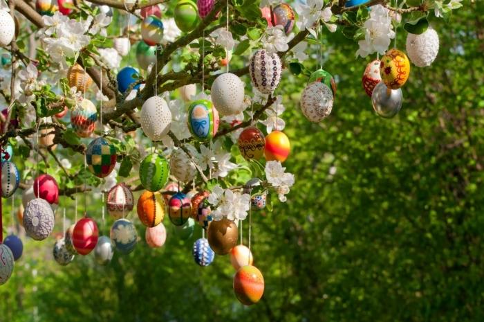 activité manuelle paques originale, décoration extérieure pour la fête des Pâques, arbre décoré avec oeufs de pâques