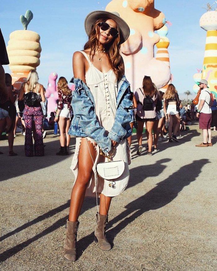 Belle tenue robe blanche boheme fendue, veste en jean, coachella looks, tenue coachella adopter le look festival de musique