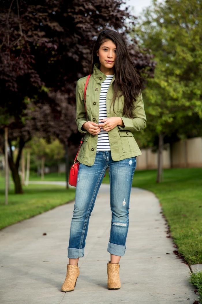 tenue casual en jeans déchirés et veste cintrée femme de couleur tendance verte, idée comment bien s'habiller femme