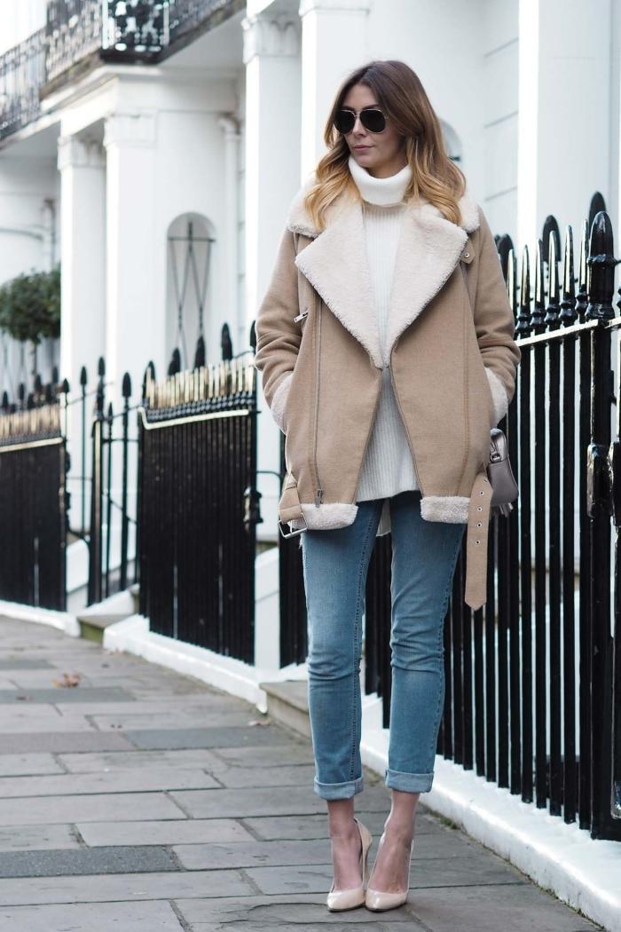 exemple de tenue chic femme avec blouson aviateur en beige et chaussures à talons, look casual chic avec pull blanc et jeans