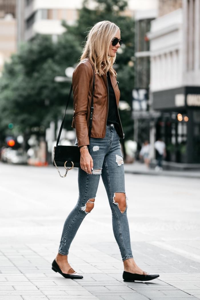 style vestimentaire femme avec jeans déchirés, modèle de veste printemps femme de couleur marron, tenue jeans et blouse noire