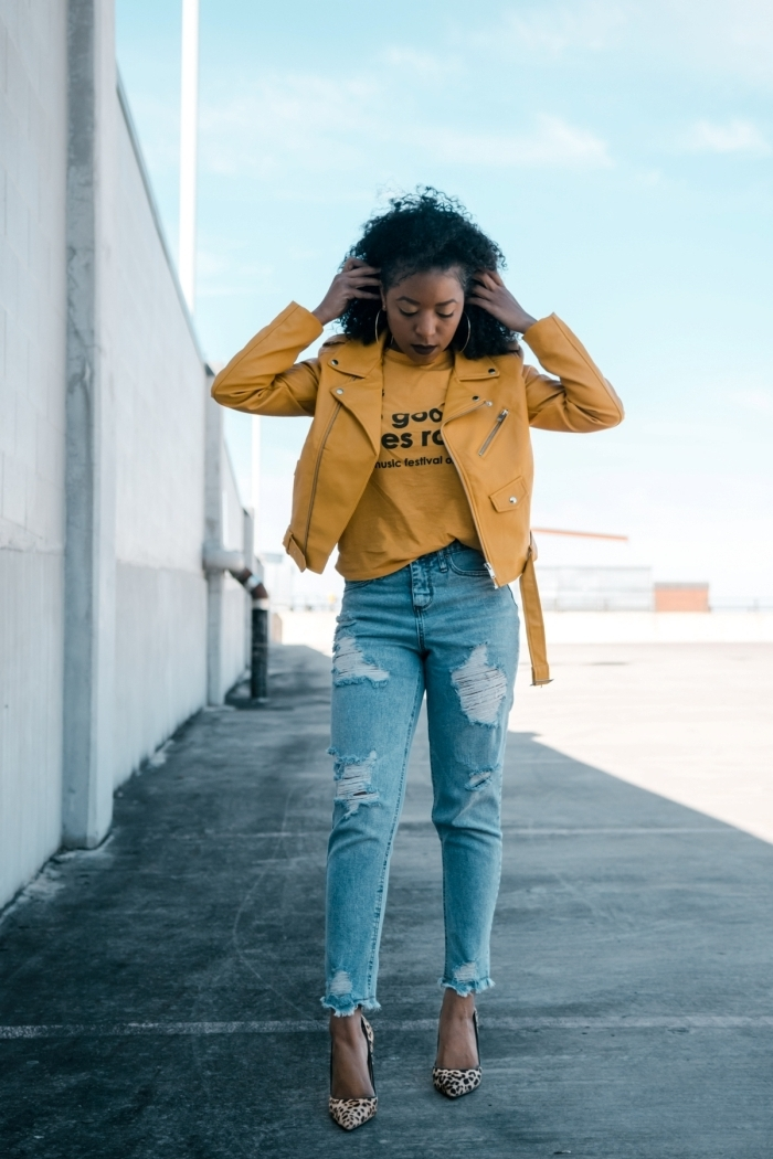 comment bien s'habiller au printemps, idée de veste en cuir femme de couleur jaune à combiner avec paire de jeans clairs