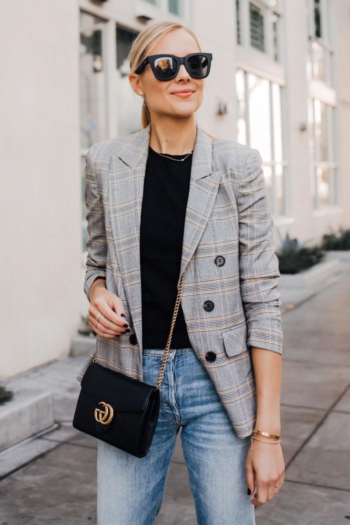 look femme chic en jeans et blazer gris clair, modèle de veste blazer femme à combiner avec accessoires tendances en noir