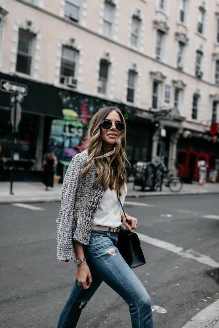 idée de veste tweed femme de couleur neutre à combiner avec jeans foncés et chemise blanche, look femme chic en jeans
