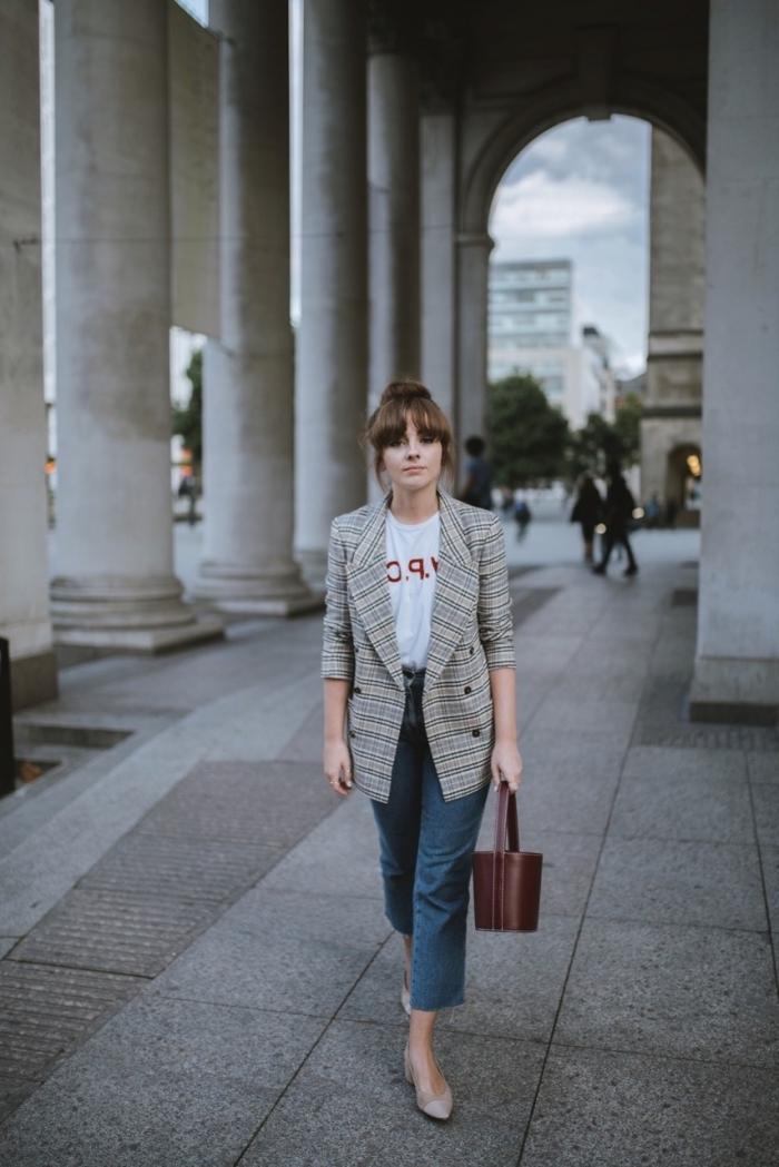 modèle de blazer femme de couleur neutre, tenue casual smart femme en jeans foncés avec t-shirt blanc et blazer mi longue