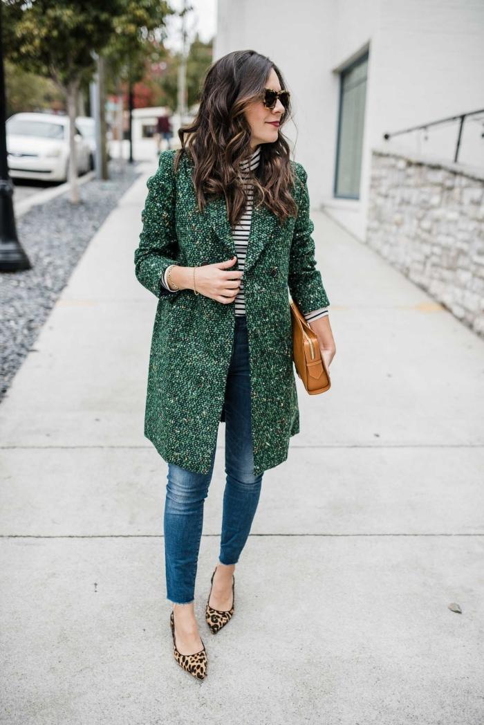 modèle de veste tweed femme mi-longue de couleur tendance 2020 verte, tenue casual chic en jeans et chaussures tigre