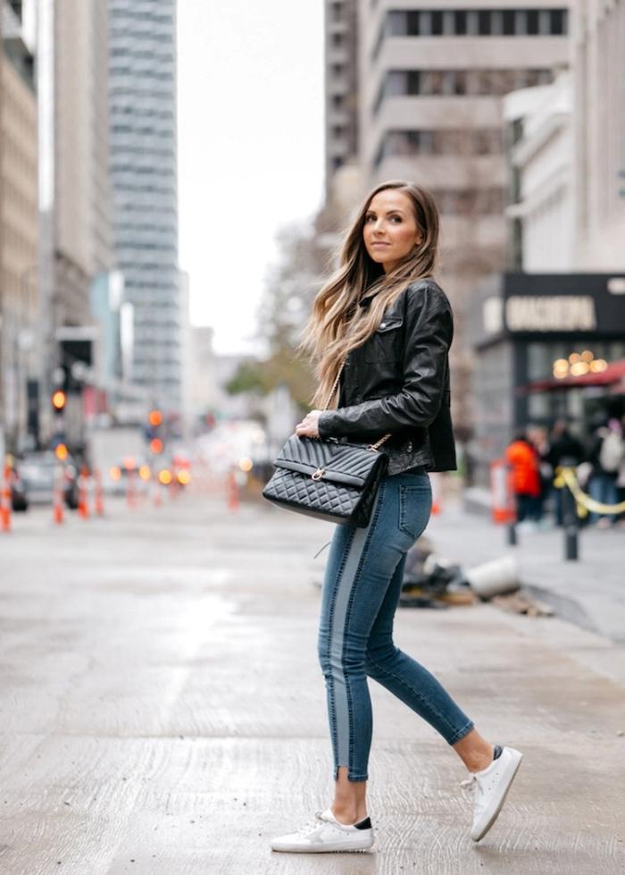 look femme chic de tous les jours en veste biker femme cuir noir et jeans slim foncés avec chaussures sport blanches