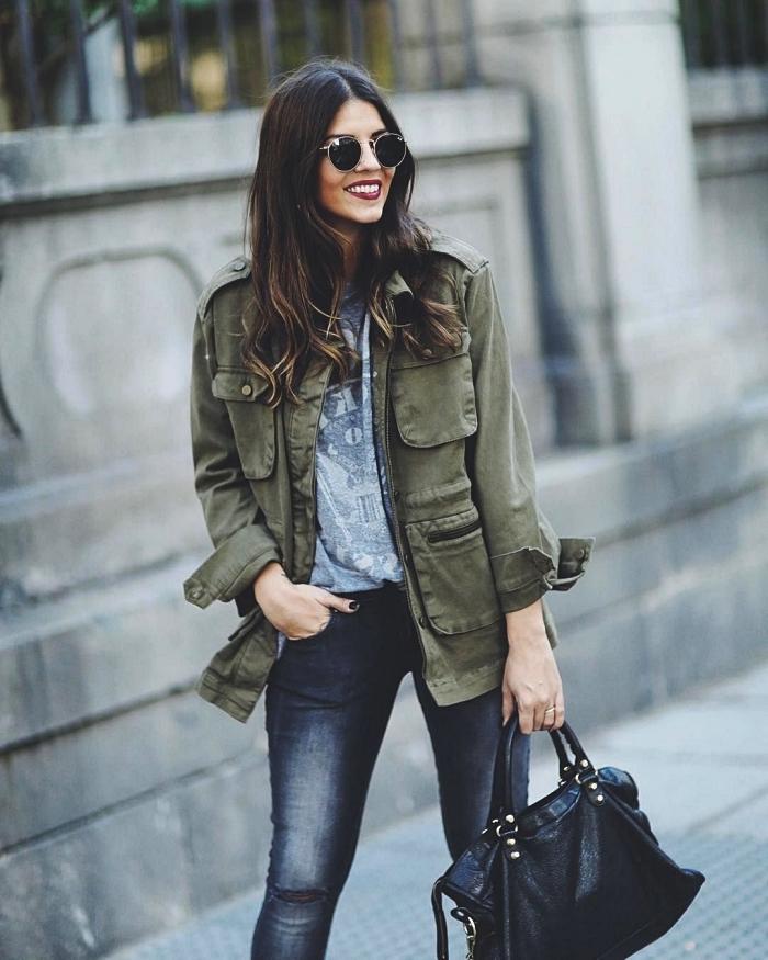look casual chic en jeans noirs et veste oversize femme de couleur vert foncé, look de printemps femme avec veste légère