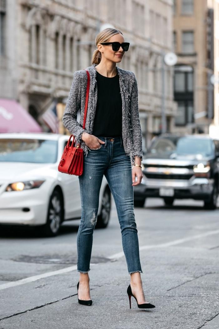 comment porter la veste en tweed femme avec jeans, look femme chic en denim avec accessoires en noir et rouge