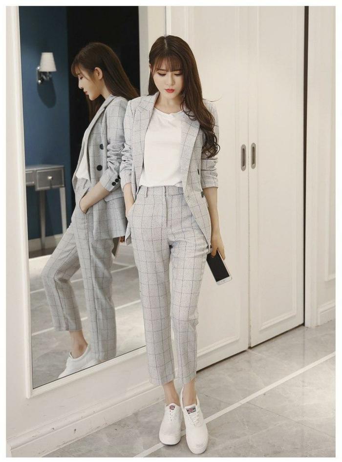 Tailleur pantalon femme chic, tailleur à carré associé à une t-shirt blanche et basket, a quoi associer le pantalon et la veste du costume