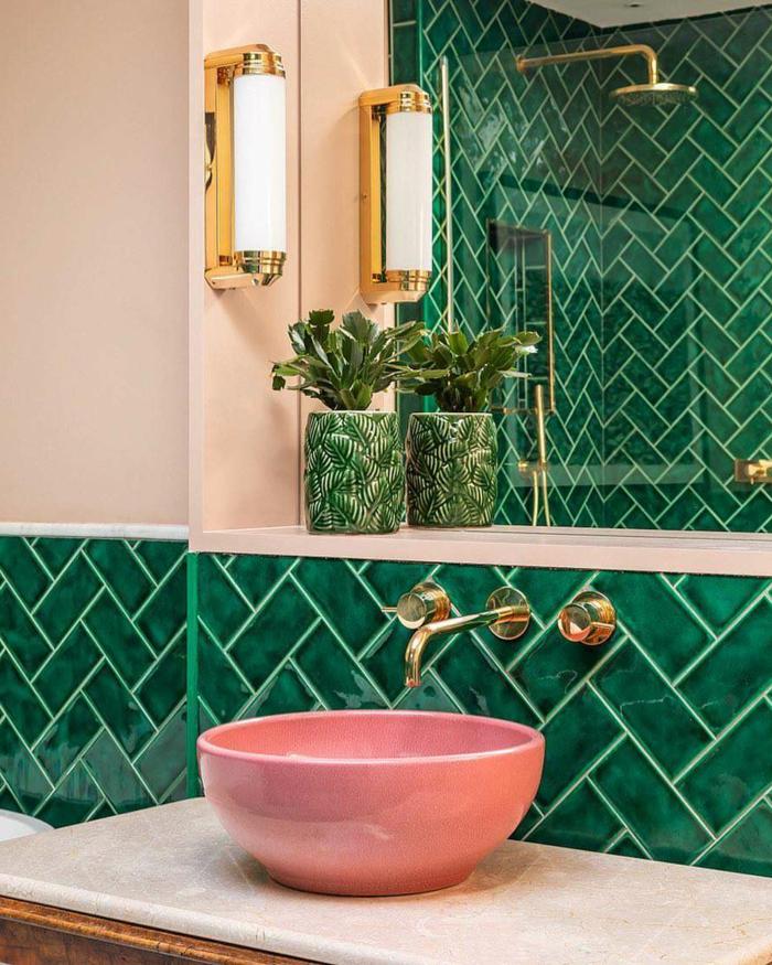 Rose lavabo et carrelage vert, mur bicolore a carrelage et peinture rose pale, modele de salle de bain, les plus belles salles de bain vertes