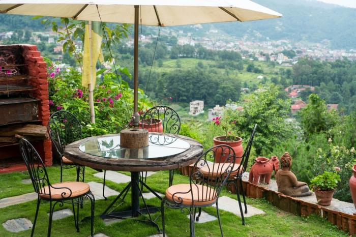 Ronde table et chaises en fer peintes noir, vue de la montagne, decoration jardin terrasse, amenagement petite terrasse cool