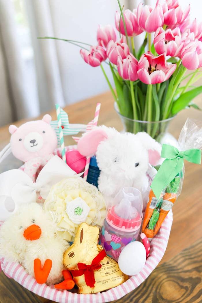 Basket pleine de jouets en peleuche idée cadeau de pâques originale pour bébé, idée décoration de paques à fabriquer et offrir