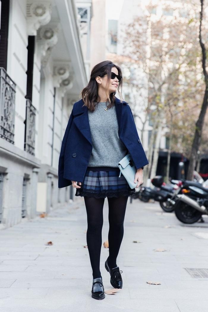 tenue chic femme en jupe courte et blouse de couleurs neutres, idée look de tous les jours avec veste de couleur bleu foncé