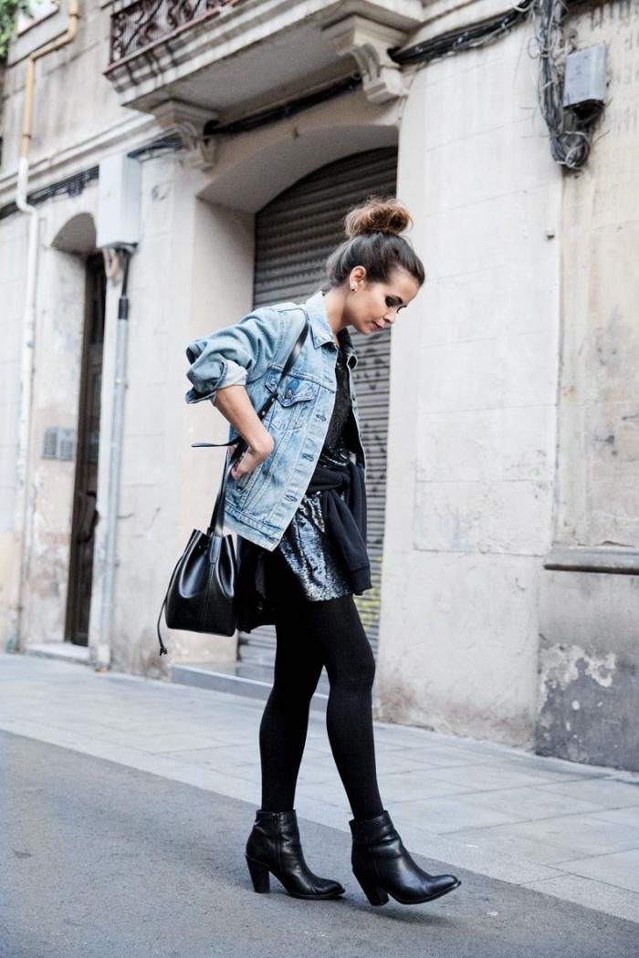 exemple comment porter une veste en jean blanche ou denim clair, tenue casual chic en jupe simili cuir noire et veste denim