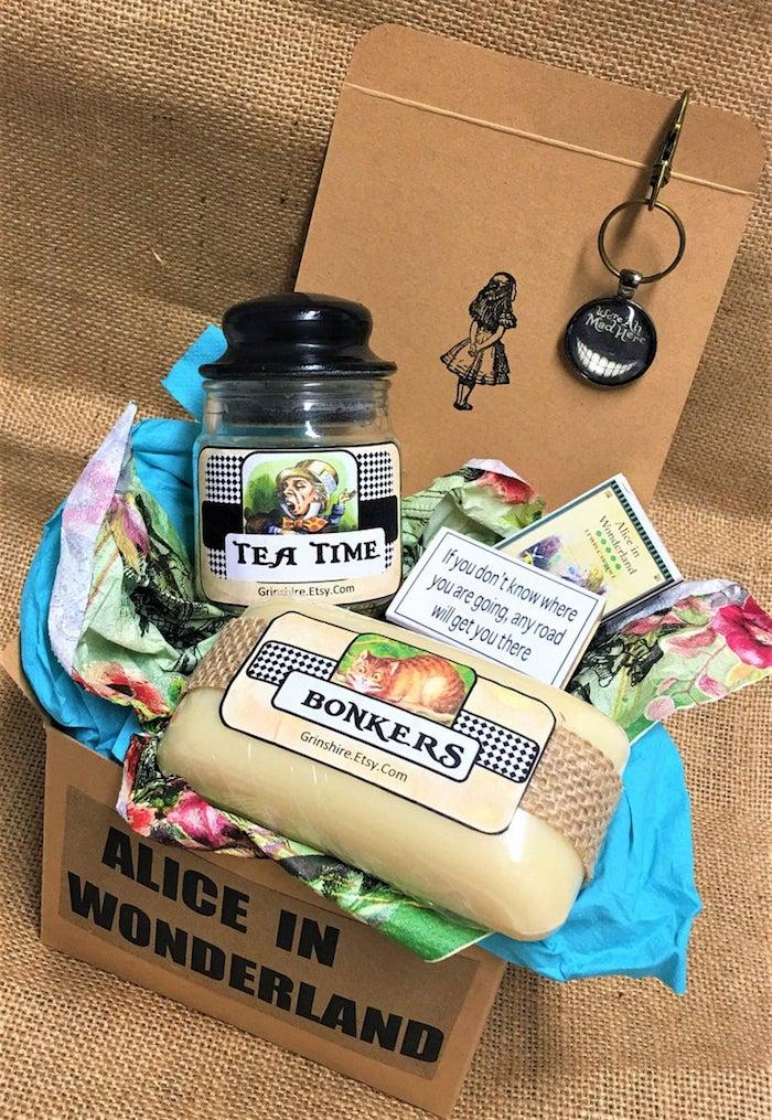 Boite alice au pays de merveilles avec thé, bougies et autres choses, idee cadeau paques, choisir le meilleur cadeau de pâques