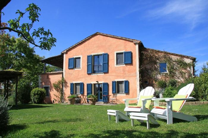 Belle maison a la province française, chaises blanches pour bain soleil, idée deco terrasse, comment bien aménager une terrasse extérieur