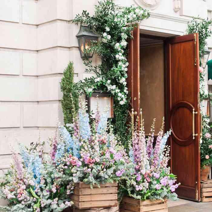 Grandes fleurs couleurs pastel deco champetre, exterieure deco mariage champetre a faire soi-meme, porte d'entree joliment décoré