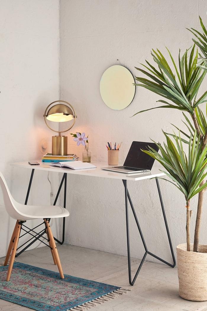 idee bureau à domicile, décoration home office avec bureau blanc et noir, aménagement télétravail dans une pièce blanche