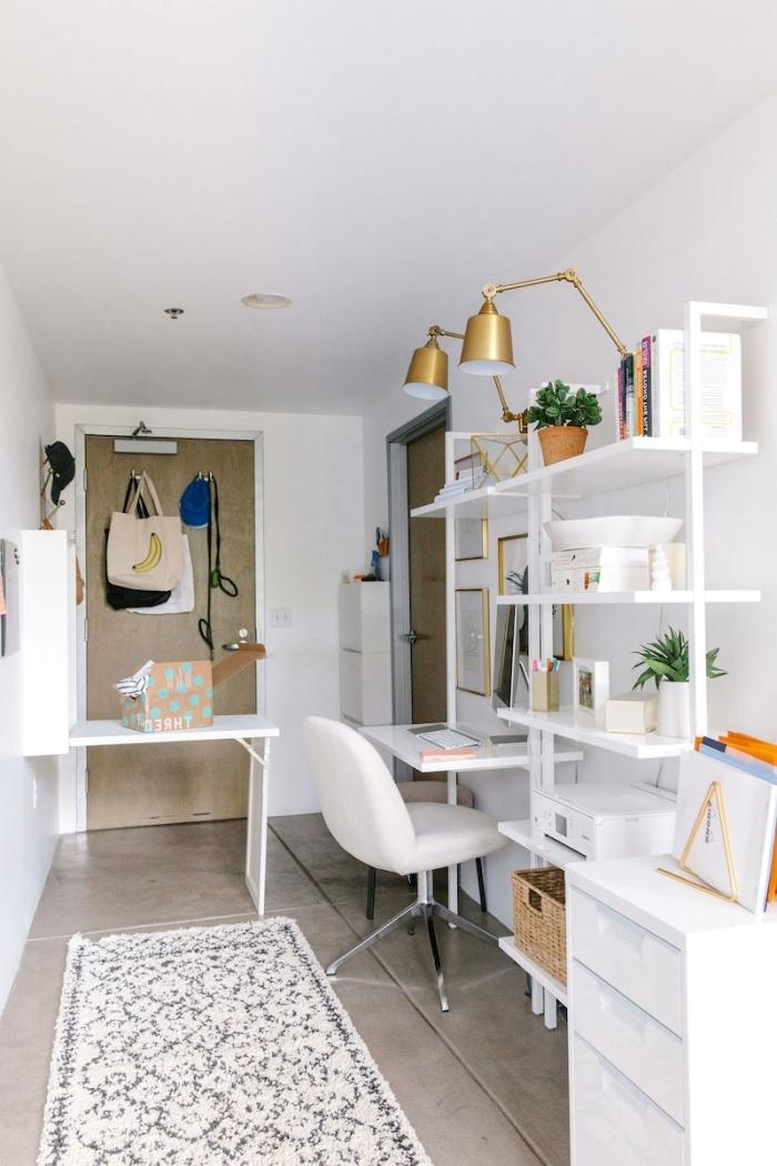 idée bureau deco moderne en blanc et or, aménagement espace de travail féminin dans une pièce blanche avec meuble moderne