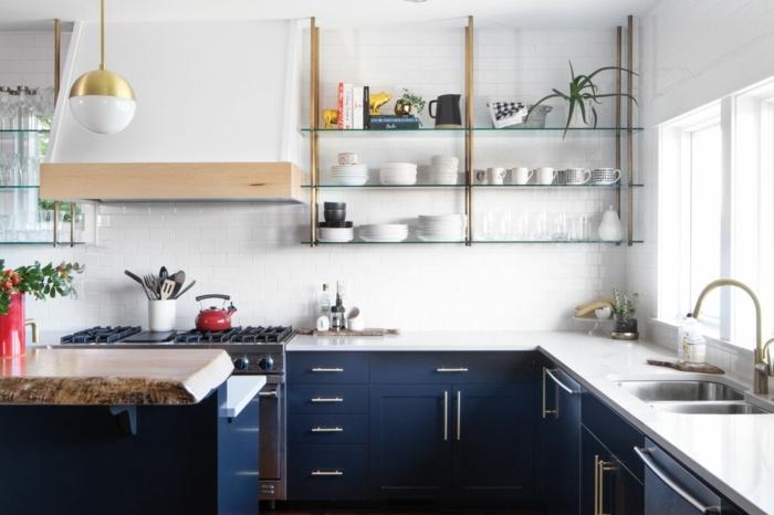 Étagères avec assiettes blanches, idée cuisine deco bleu, idée couleur cuisine inspiratrice décoration en bleu foncé