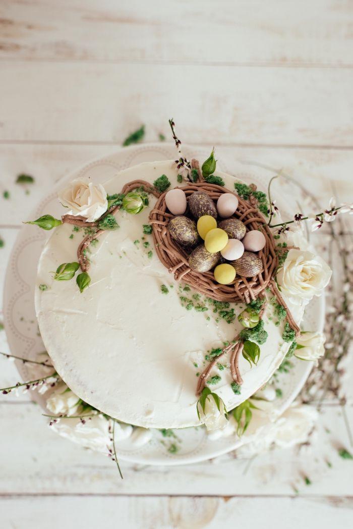 idée de gateau de paques original à faire soi-même, layer cake au glaçage blanc et génoise chocolat avec décoration de Pâques
