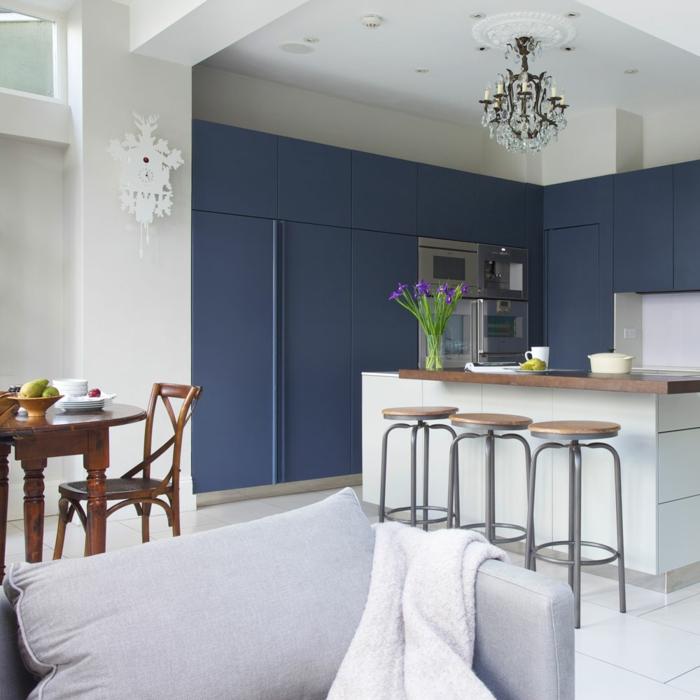 Fauteuil gris, vase avec fleurs, mur bleu et blanche bicolore, couleur bleu nuit, image les plus belles cuisines, idee couleur cuisine