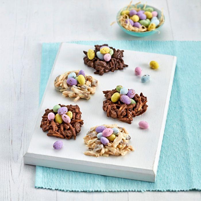 mini gateau de paques 2020 à faire avec nouilles frites et chocolat blanc ou noir fondu, idée dessert facile sous forme de nid